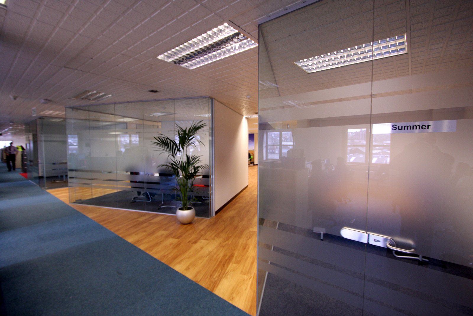 Making the most of small office spaces with glass partitioning office blinds glazing - Making use of small spaces decor ...